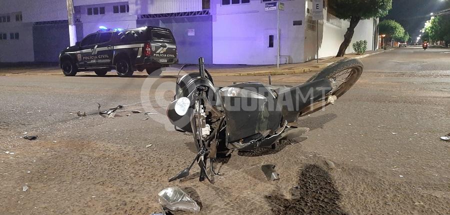 Imagem: Viatura da Policia Civil no local do acidente Motociclista fica gravemente ferido após se envolver em acidente com Van