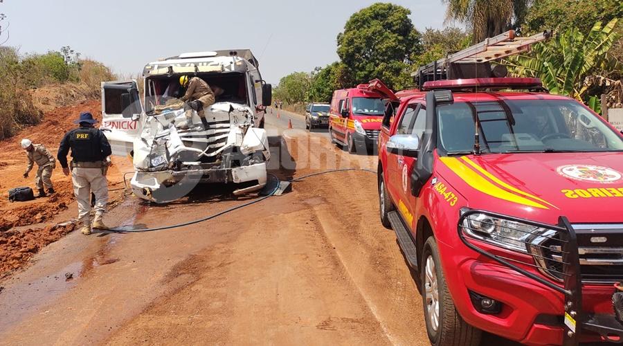Imagem: Viaturas do Corpo de Bombeiros e PRF no local do acidente Porta de carreta trava após acidente e bombeiros socorrem vítimas pelo para-brisa