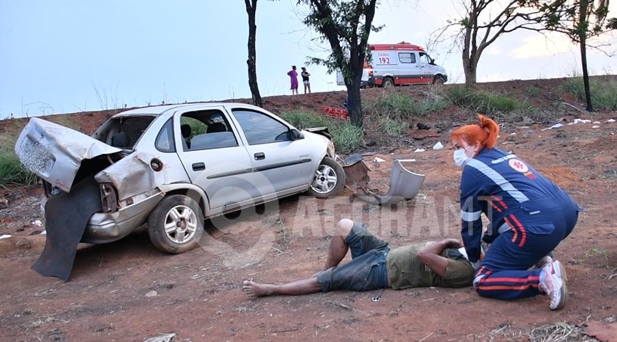 Imagem: Vitima bastante ferida aos cuidados dos profissionais do Samu Motorista anda em zigue-zague e capota carro