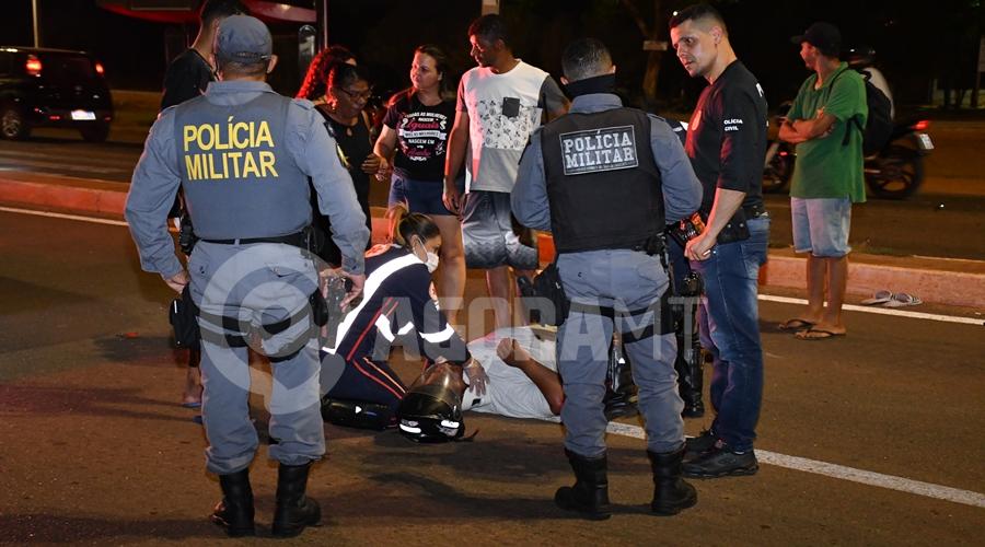 Imagem: Vitima sendo atendida pelo Samu Motorista de caminhonete bate em traseira de moto e foge do local