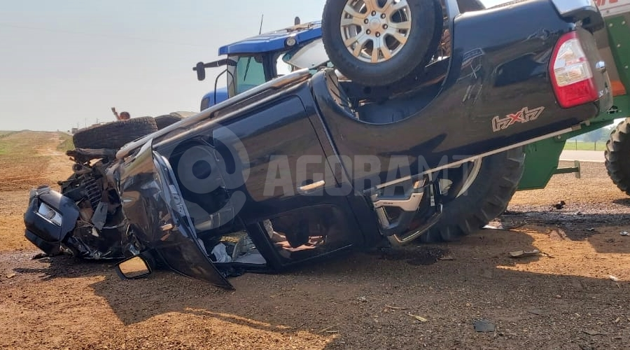 Imagem: acidente 070.jpeg4 Motorista capota caminhonete após atingir trator e é socorrido pelo Samu