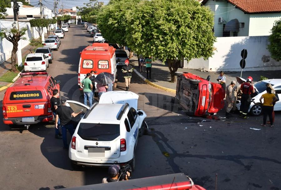 Imagem: acidente 2 Grávida e mais uma pessoa é socorrida após carro bater e tombar na Vila Aurora