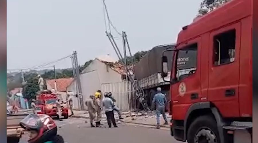 Imagem: acidente com carreta desgovernada Vídeo mostra momento em que carreta se solta, quebra muro e atinge casas