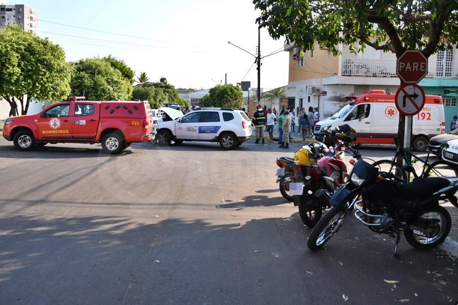Imagem: acidente3 Grávida e mais uma pessoa é socorrida após carro bater e tombar na Vila Aurora