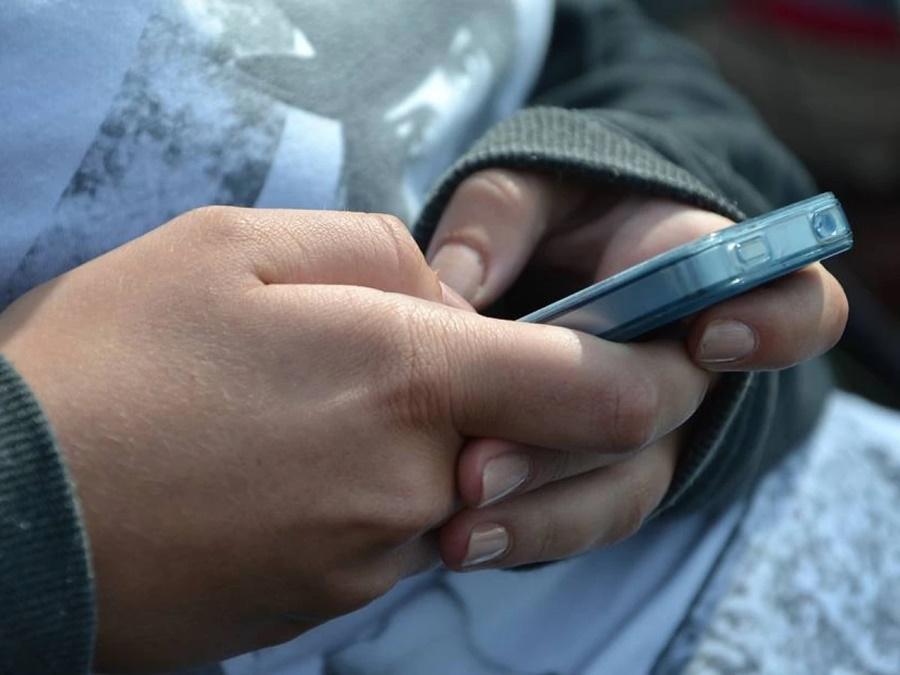 Imagem: adolescente no celular Bombeiro lotado em Rondonópolis é acusado de estuprar a enteada de 13 anos