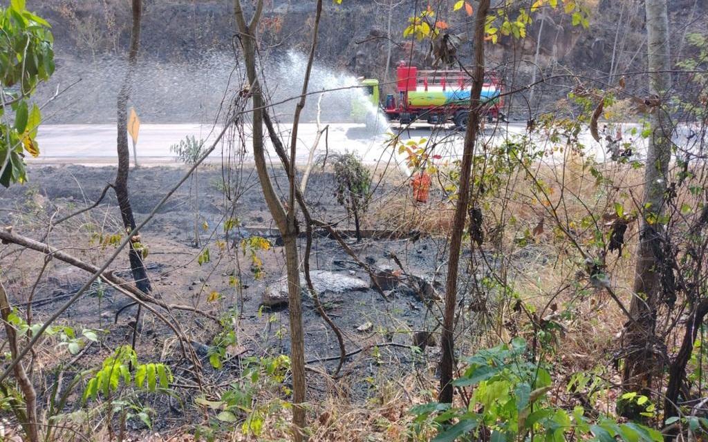 Imagem: bombeiros serra Bombeiros atuam no combate de incêndio na Serra de São Vicente; Veja vídeo
