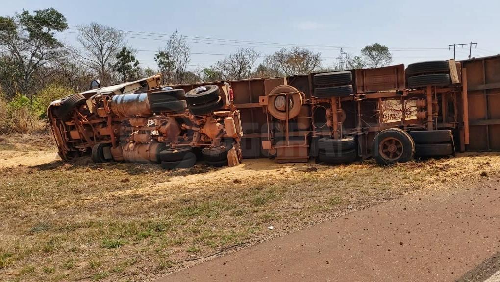Imagem: carreta tombada mt2 Carreta carregada de milho tomba na MT-130 e motorista é socorrido