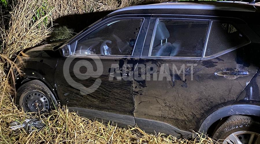 Imagem: carro 2 Mulher é feita refém após ter casa invadida por três criminosos em Tangará da Serra