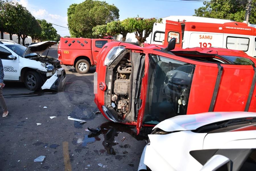 Imagem: carro capotado Grávida e mais uma pessoa é socorrida após carro bater e tombar na Vila Aurora