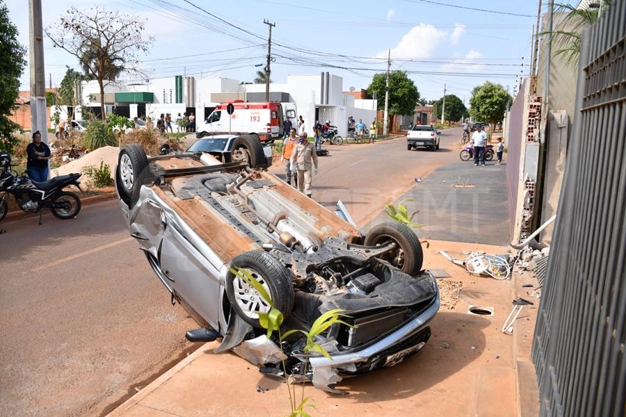 Imagem: carro capotado1 Carro capota e motociclista tem fratura exposta em acidente no Parque São Jorge