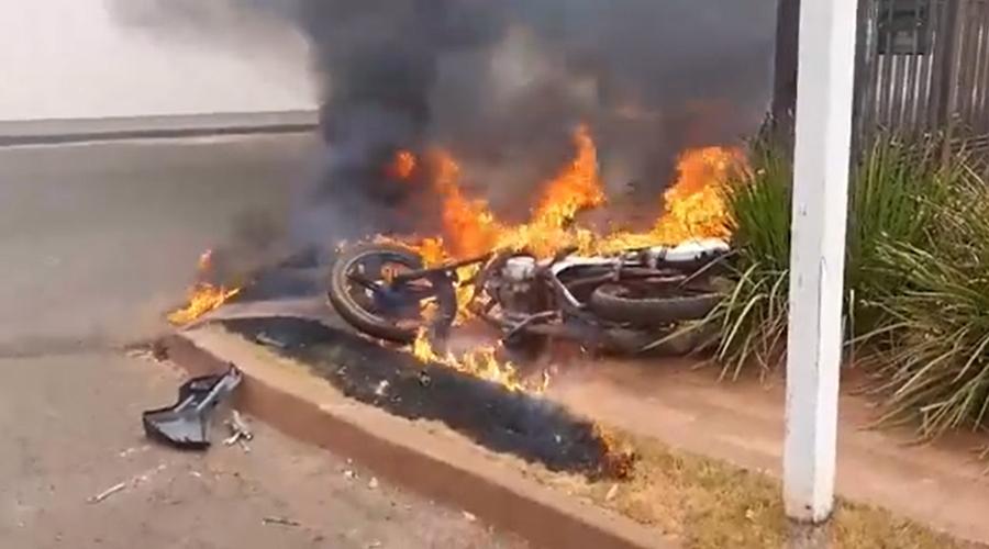 Imagem: cats 5 Após colisão em cruzamento, moto explode e pega fogo