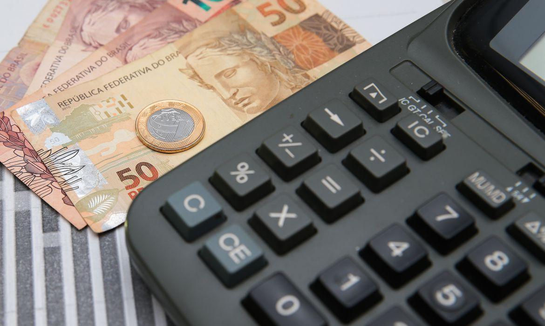 Imagem: economia dinheiro calculadora Governo melhora projeção de déficit primário para R$ 139 bi em 2021
