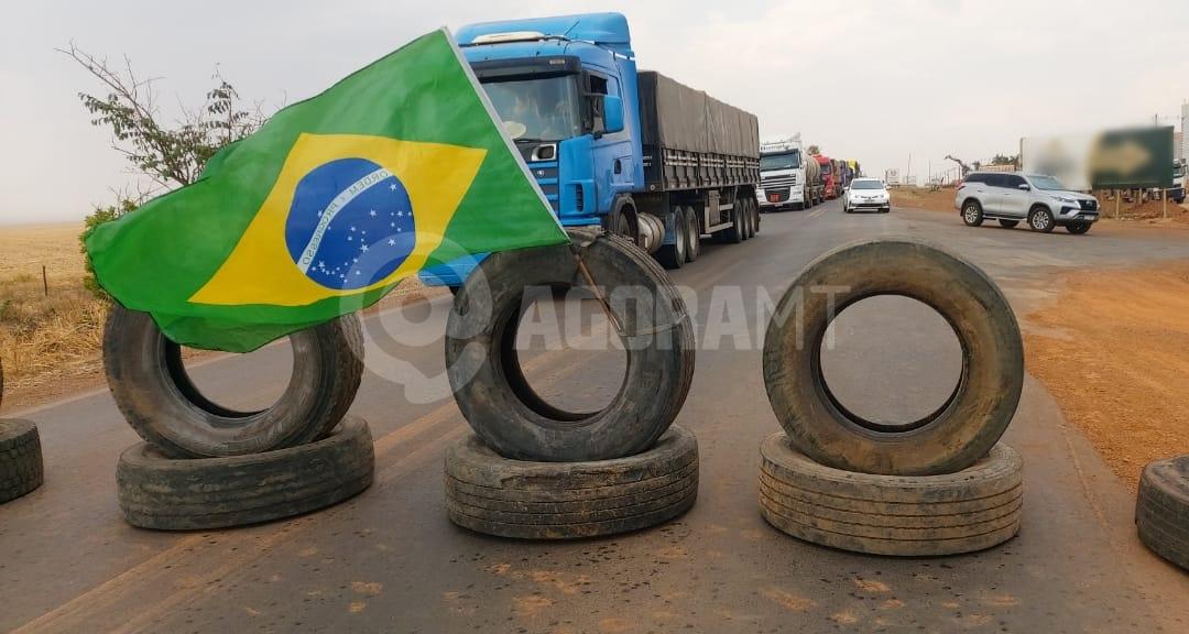 Imagem: manifestantes primavera foto gruto santos Manifestantes bloqueiam BR-070 em Primavera; Bolsonaro pede fim de paralisações