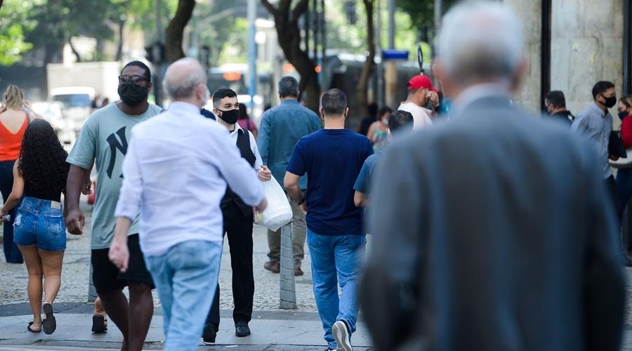 Imagem: pessoas esperam em ponto de onibus no centro do rio de janeiro2906219990 Covid-19 | Rio tem queda de 30% no número de óbitos por SRAG