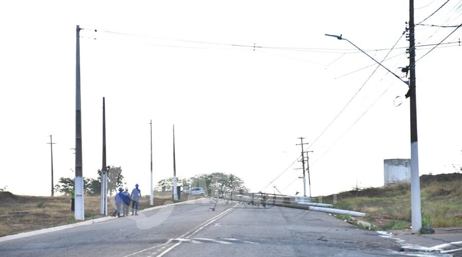 Imagem: postes caidos Ventos fortes derrubam postes, árvores e parte da estrutura da Central da Vacinação em Rondonópolis