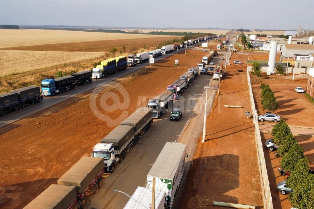 Imagem: primavera do leste aderson silva Manifestantes bloqueiam BR-070 em Primavera; Bolsonaro pede fim de paralisações