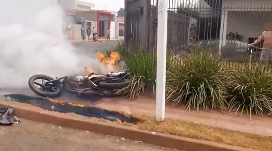Imagem: tangara Após colisão em cruzamento, moto explode e pega fogo