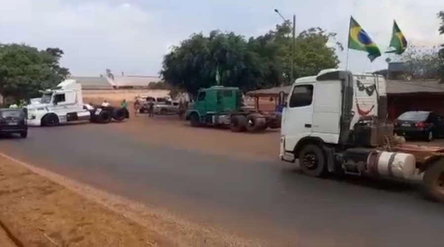 Imagem: tangara pista PM libera rodovia em Tangará da Serra, manifestantes aguardam decisão de lideranças