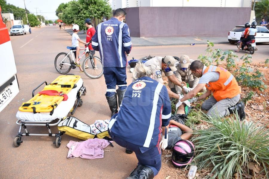 Imagem: vitima sendo Carro capota e motociclista tem fratura exposta em acidente no Parque São Jorge