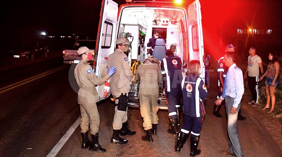 Imagem: Bombeiros auxiliando a equipe do Samu Motoqueiro causa acidente e foge; mãe e filho de 6 anos que iam para igreja ficam feridos