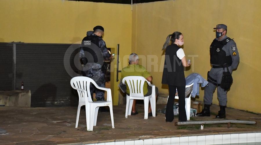 Imagem: Caminhoneirto sentado apos ser resgatado pela PM Caminhoneiro acorda dois dias após ser dopado e é resgatado de cárcere privado