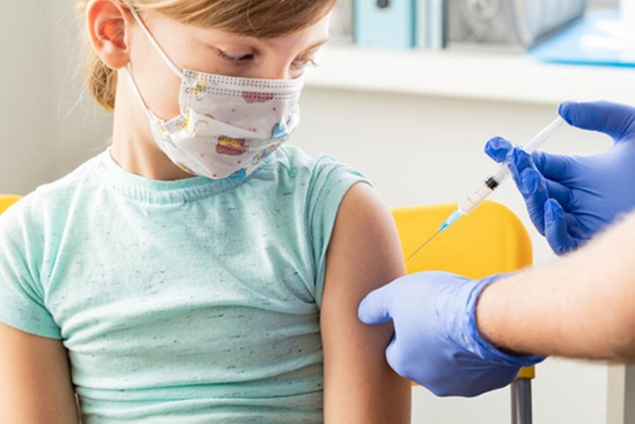 Imagem: Crianca sesendo vacinada Crianças de 05 a 11 anos devem vacinar em breve nos EUA