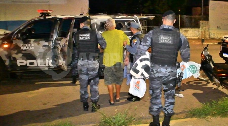 Imagem: Momento que trabalhador era resgatado por policiais militares Caminhoneiro acorda dois dias após ser dopado e é resgatado de cárcere privado