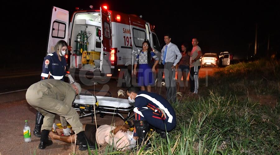 Imagem: Passageira da motocicleta recebendo atendimento Motoqueiro causa acidente e foge; mãe e filho de 6 anos que iam para igreja ficam feridos