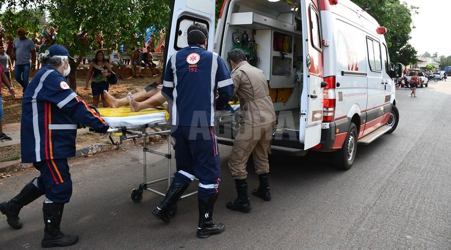 Imagem: Vitima baleada sendo socorrida Mulher é baleada e suspeito é rendido e espancado por população
