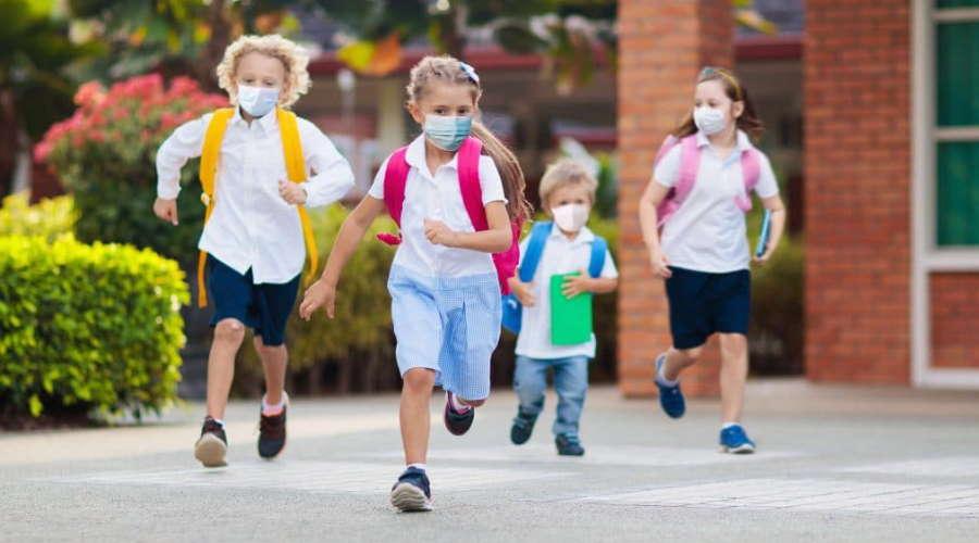 Imagem: escola correndo mascara Após volta às aulas sem máscaras, Inglaterra tem aumento de casos