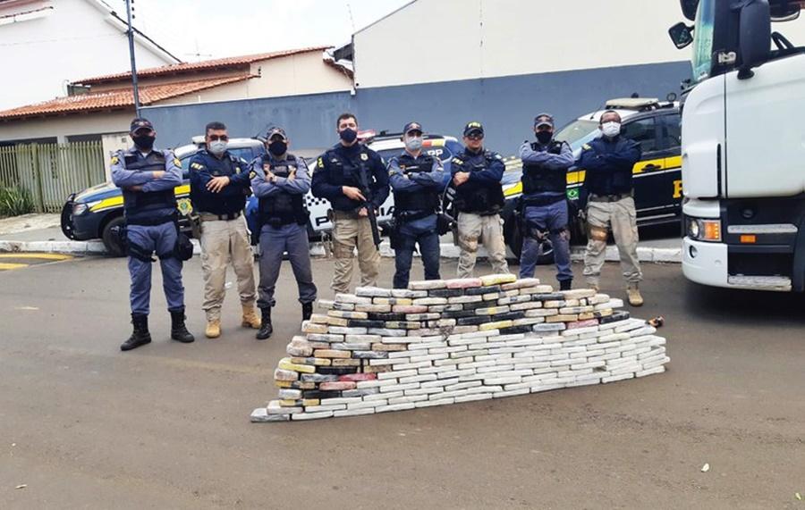 Imagem: policiais apreensao Em ação conjunta, PM e PRF apreendem mais de 160kg de cocaína