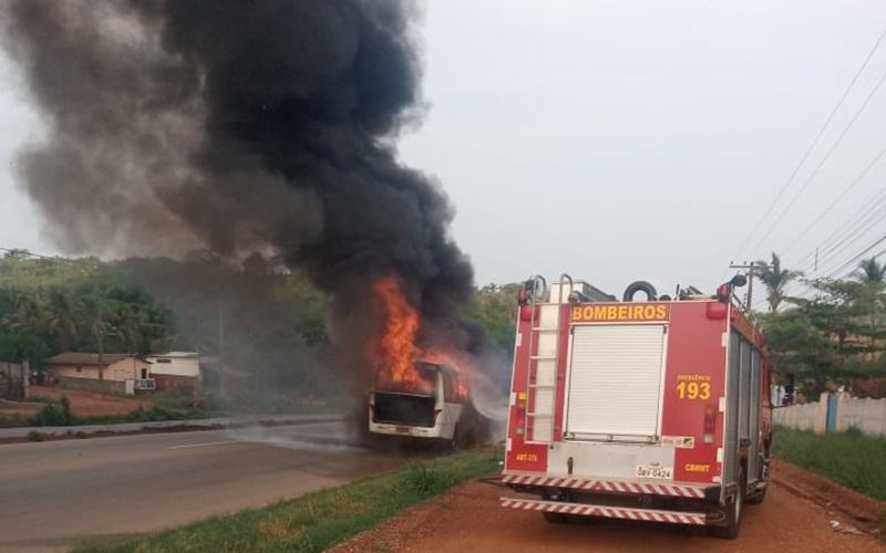 Imagem: van Jaciara Van de transporte pega fogo na BR-364 e fica totalmente destruída; Veja vídeo